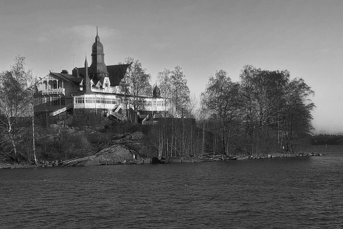 Замок на островке во фьорде. - M Marikfoto