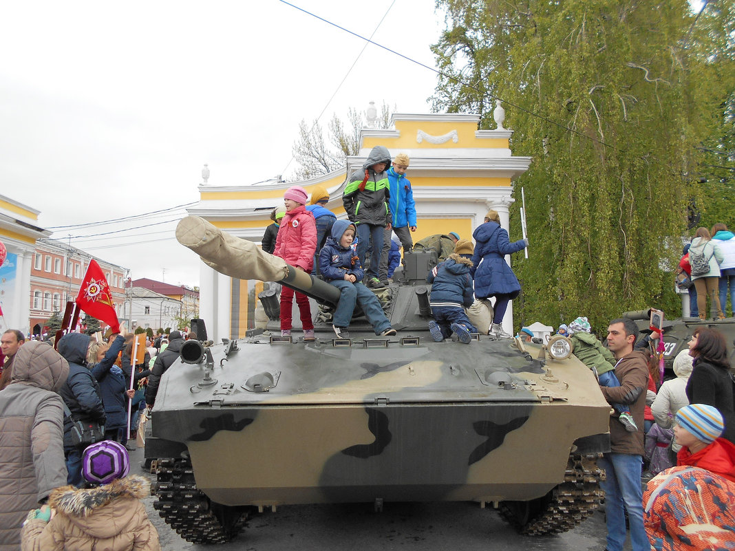 Соборная площадь 9 мая 2017 г. Веселее всех детям - боевая машина ими захвачена!. - Tarka