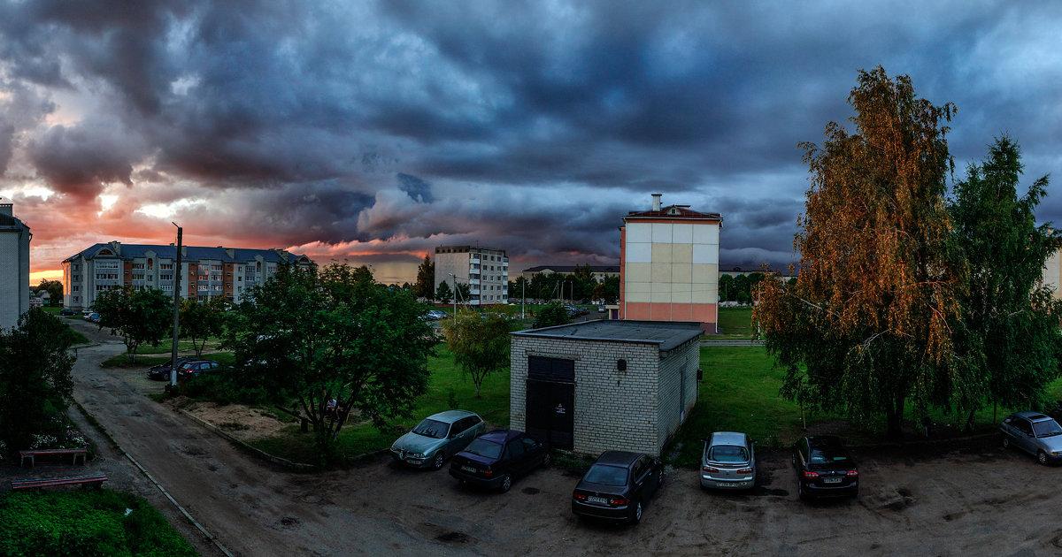 Мой двор в цветах угрюмого июльского заката - Анатолий Клепешнёв