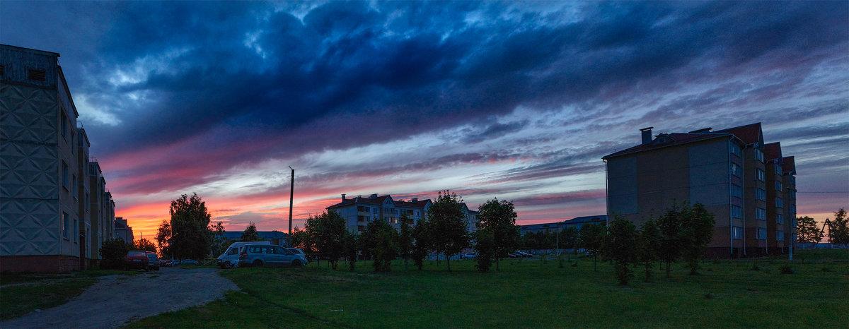 Краски летнего заката Над моим двором... - Анатолий Клепешнёв