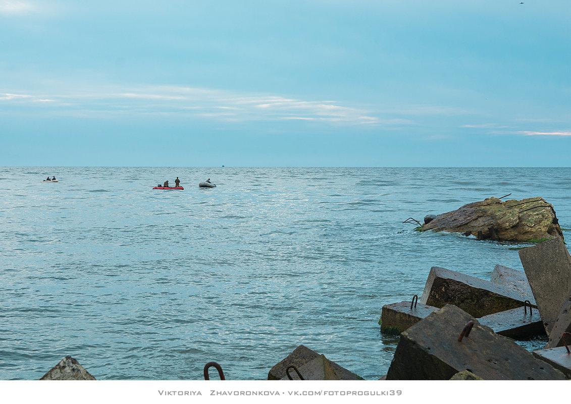 Рыбаки у входных молов - vik zhavoronka