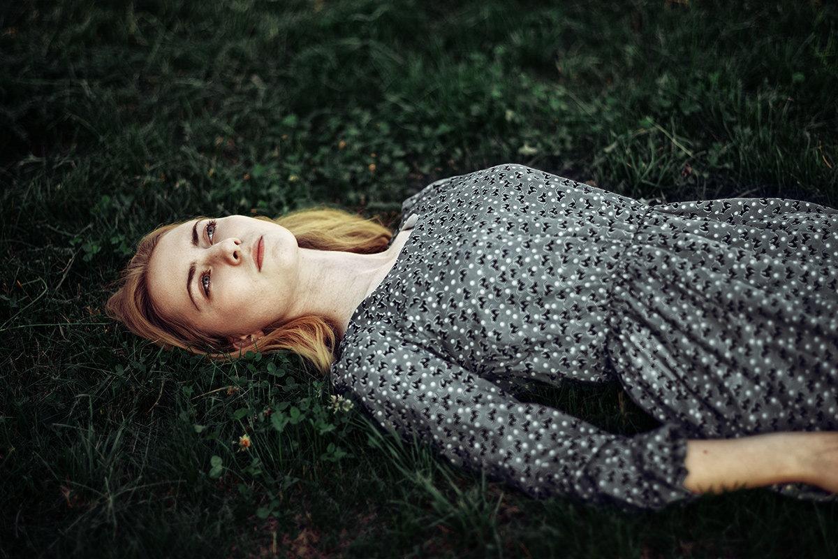 на траве - Max Flynt