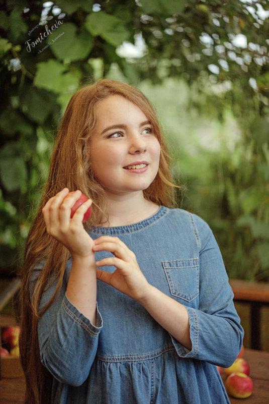 Девочка в саду - Катерина Фомичева