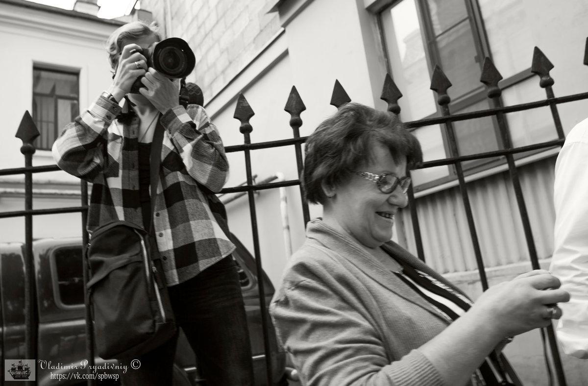 Студентка с фотофакультета в работе. - Владимир Питерский