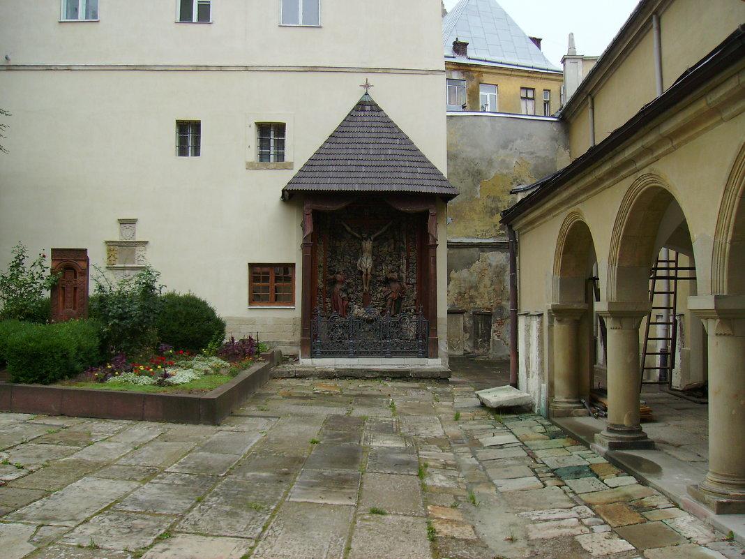 На   территории   армянской   церкви   в   Львове - Андрей  Васильевич Коляскин