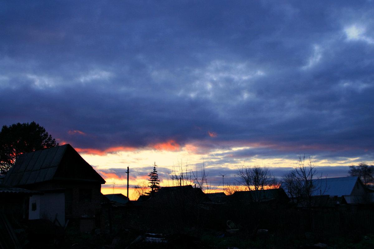 Солнце-ниже, небо-ниже, розовеет ближний край... - Евгений Юрков