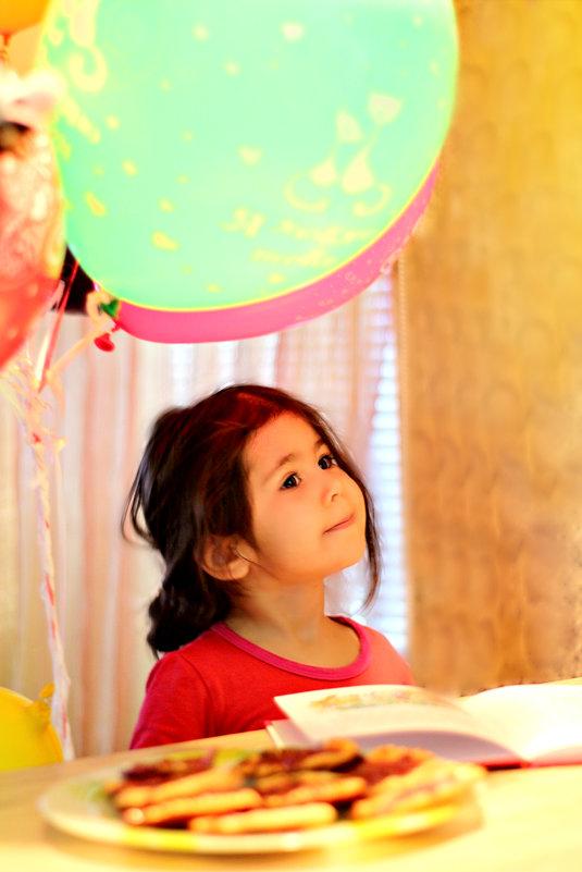 Девочка и надувные шарики. - ЕЛЕНА ПОПОВА