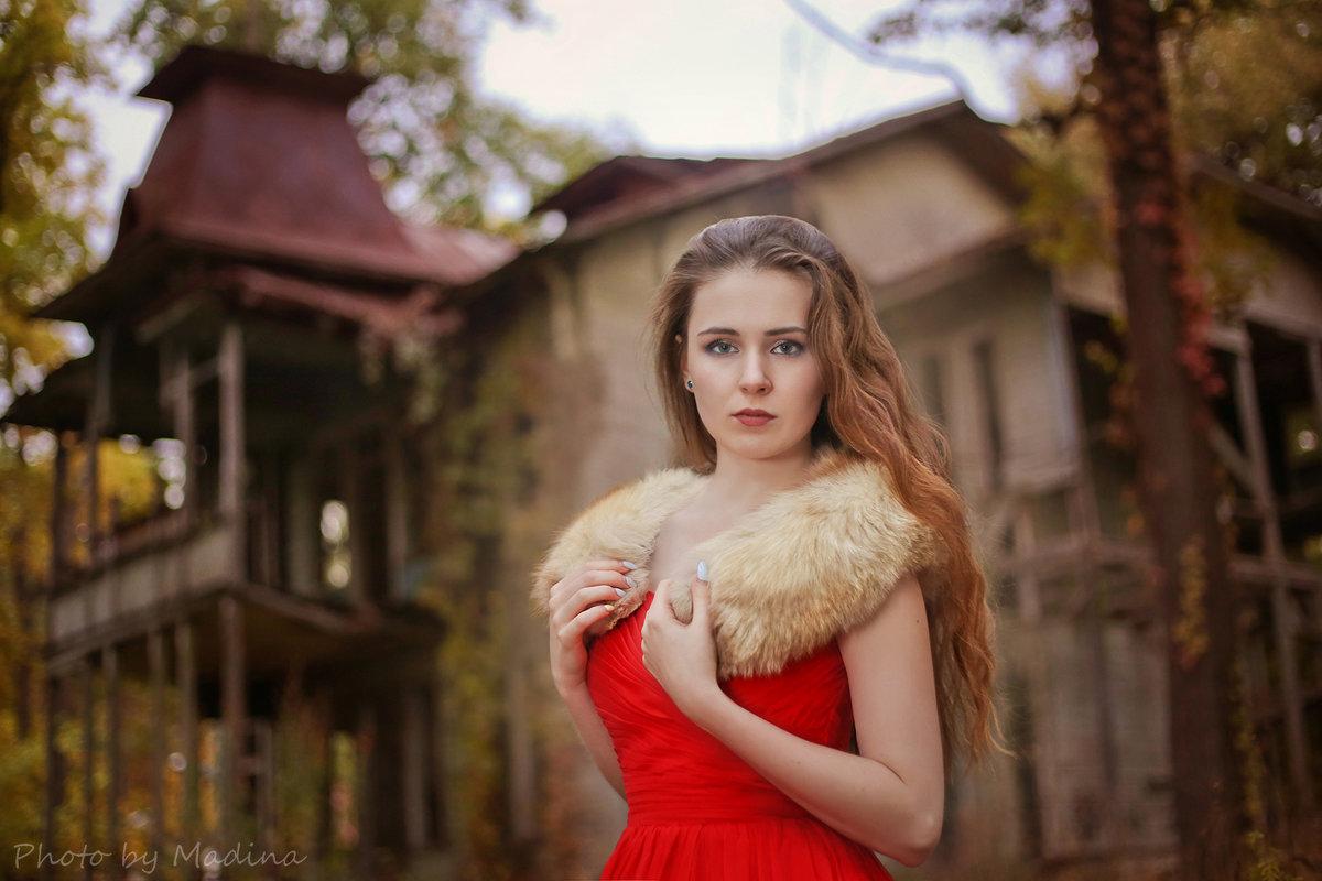 Девушка в красном - Мадина Скоморохова