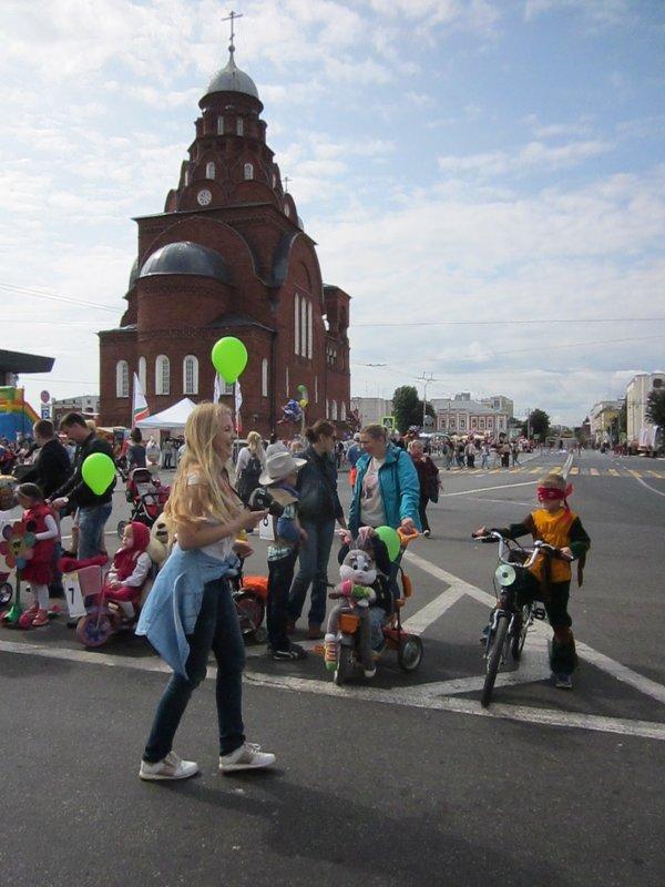 Карнавал детских колясок и велосипедов - Галина