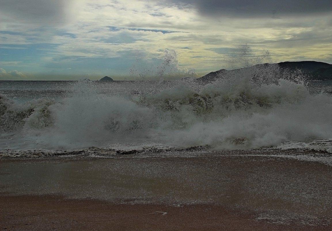 Море - это душа человека, также волнуется, также переживает и способно на шторм... - Вадим Якушев
