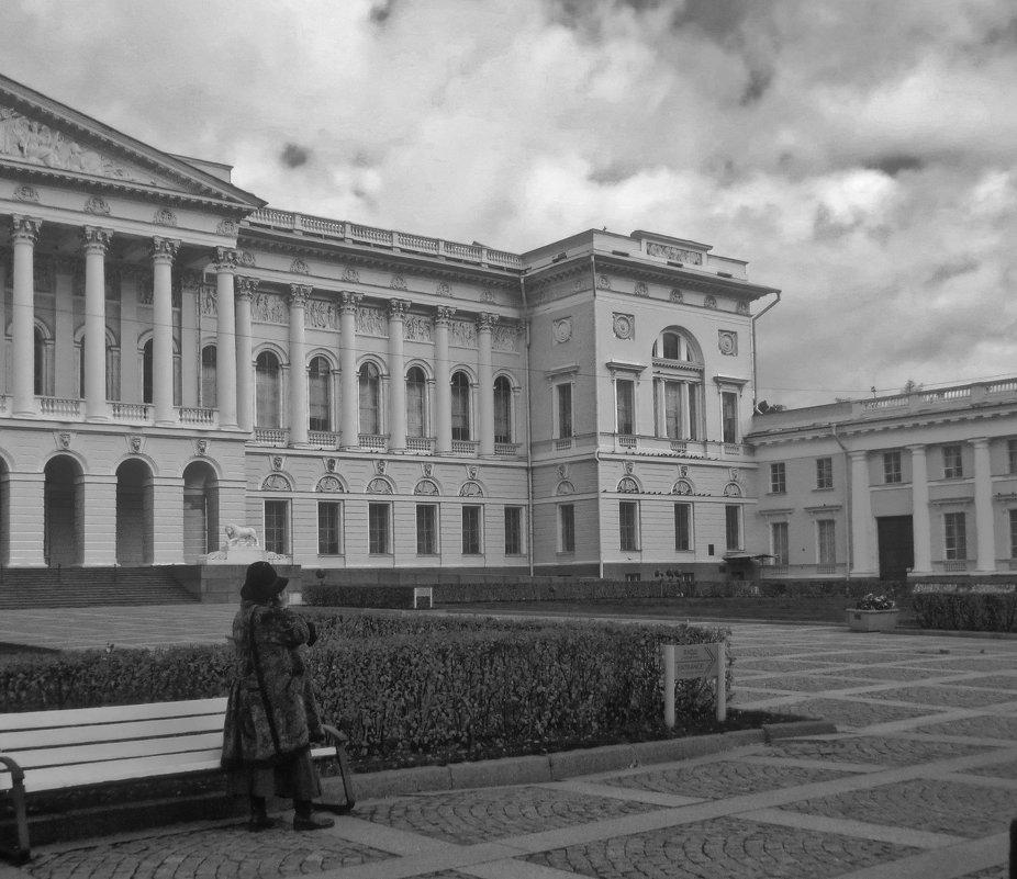 во дворе Русского музея - Елена