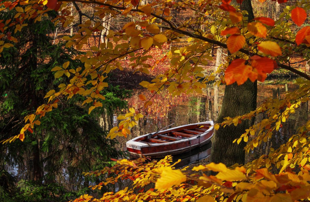 Лодка в осеннем парке... - Сергей