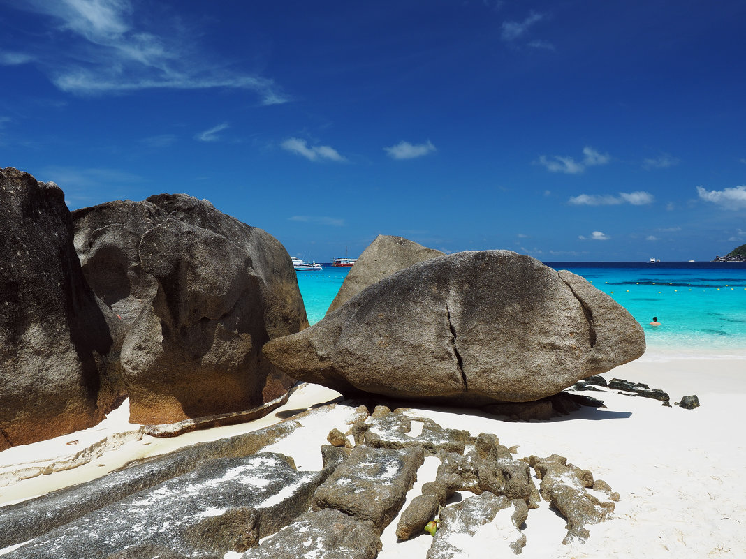 Камни на краю пляжа. - Сергей Адигамов