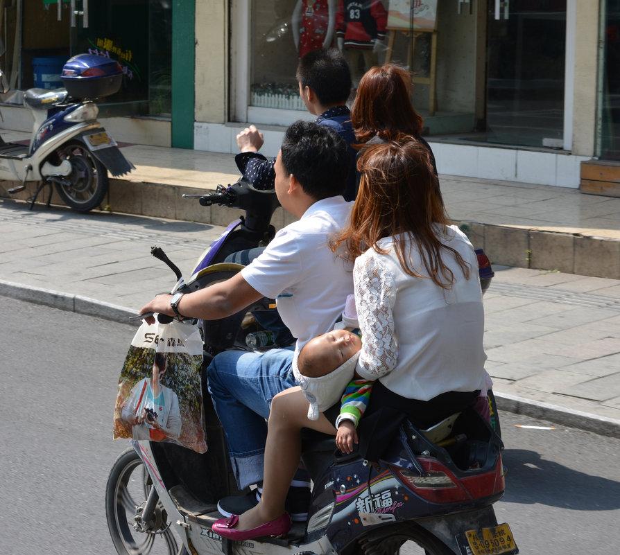 Семейное средство передвижения в Китае - Андрей + Ирина Степановы
