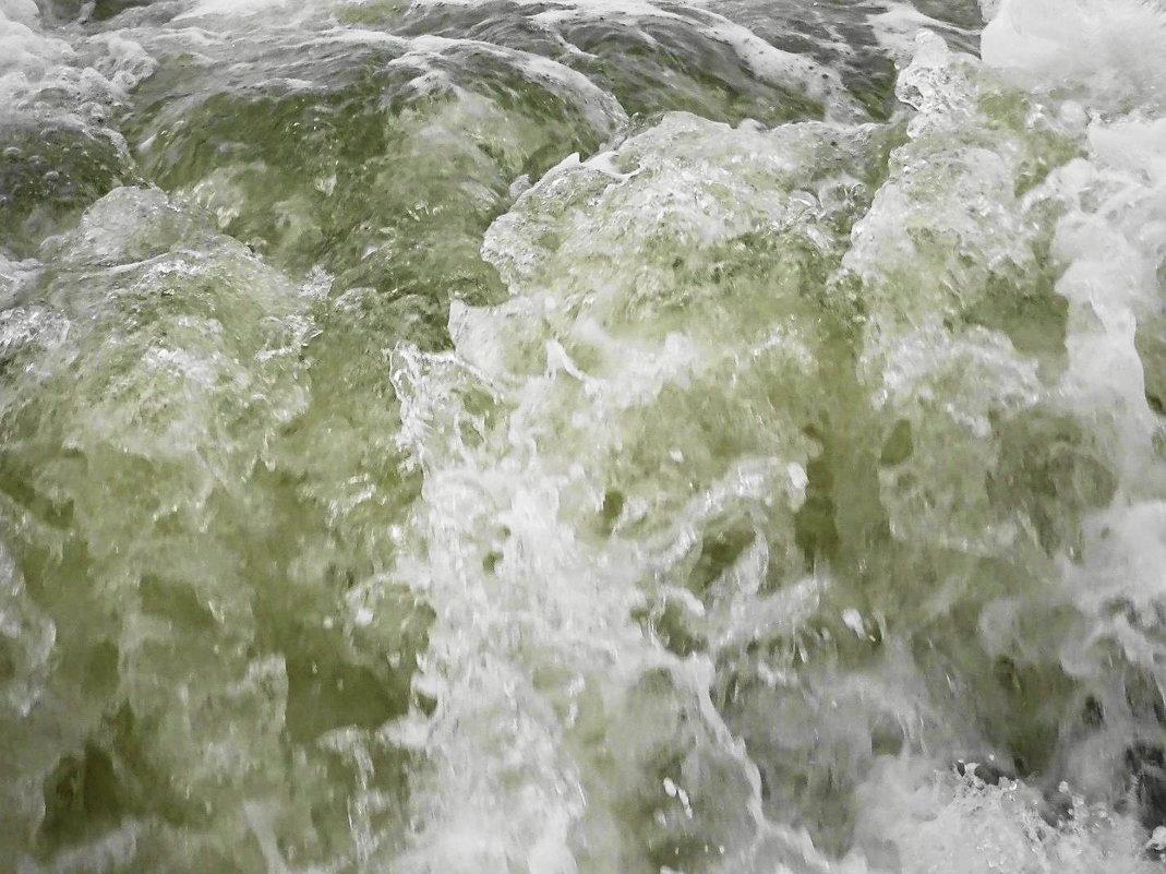 Огромные волны с шумом и брызгами разбиваются о берег - Маргарита Батырева