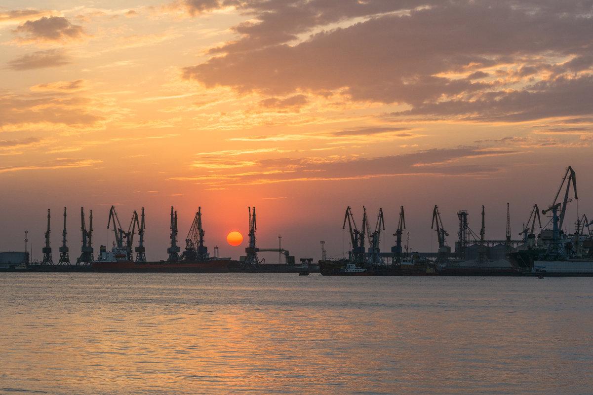 Садилось солнце за морским портом - Сергей Дишук