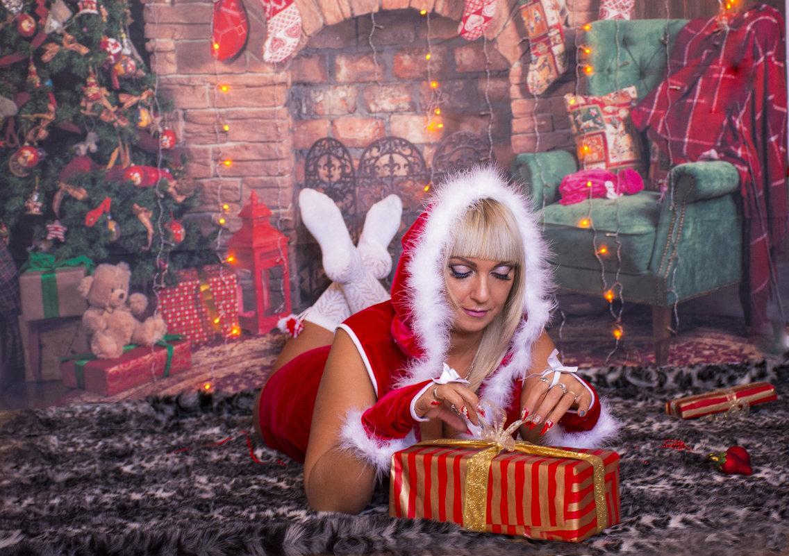 снегурка с подарком - Светлана Бурлина