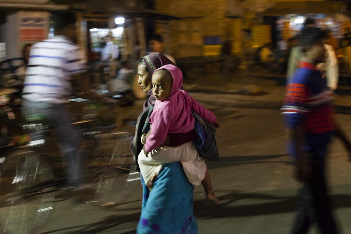 Женщина с ребёнком - Олег Мишунов