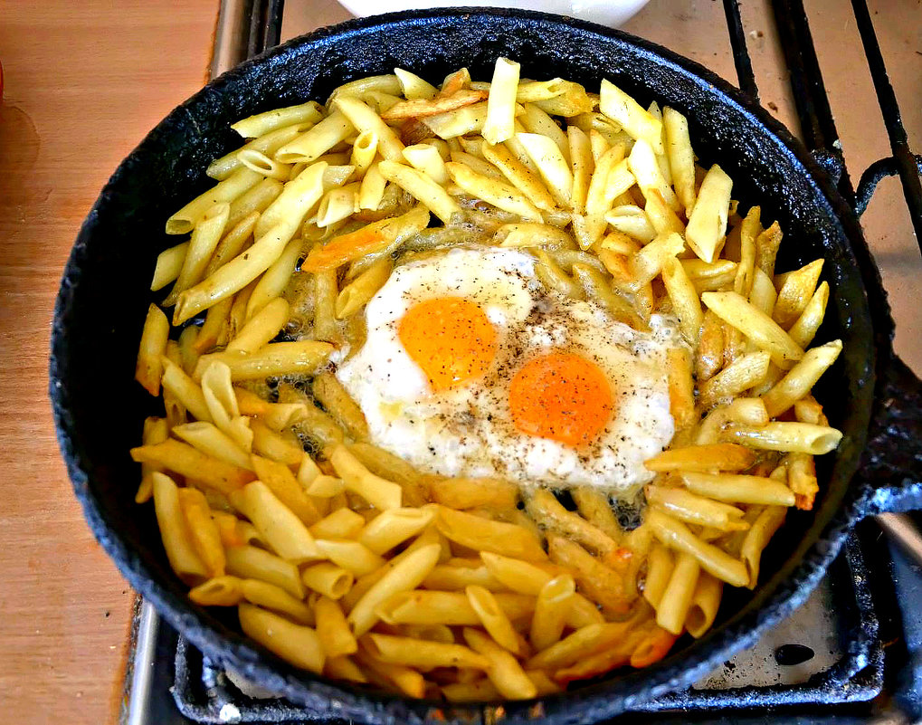 Яичница с макаронами на сковороде. - Михаил Столяров