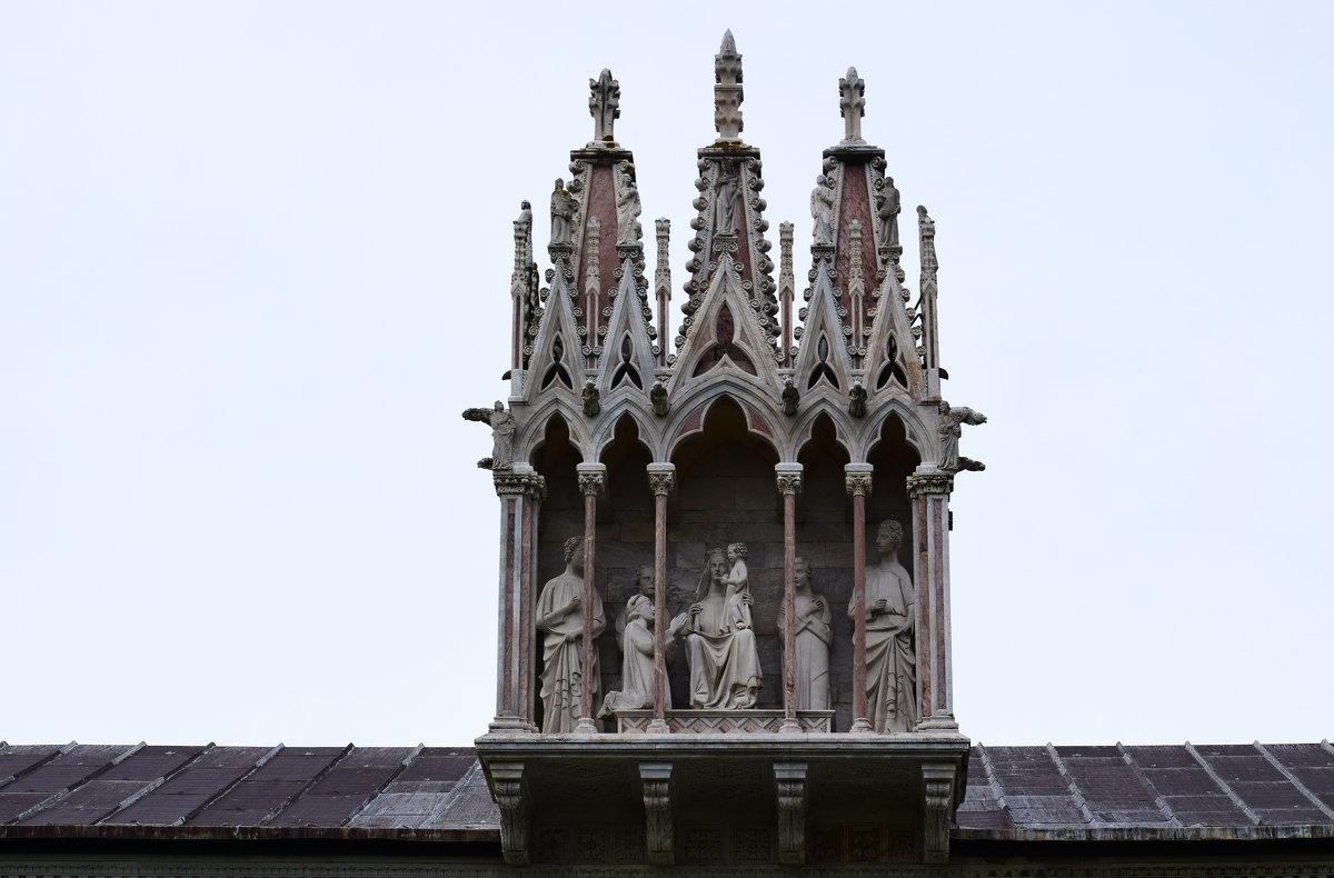 Италия. Пиза . Кампо-Санто.Готический ковчег со статуей Девы Марии с Младенцем в окружении четырех - Galina Leskova