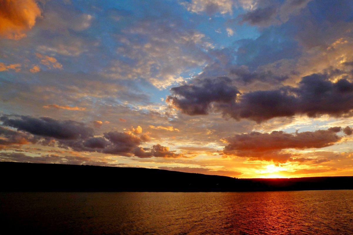За горизонт садится солнца свет, уж день допел последний свой куплет... - Лидия Бараблина