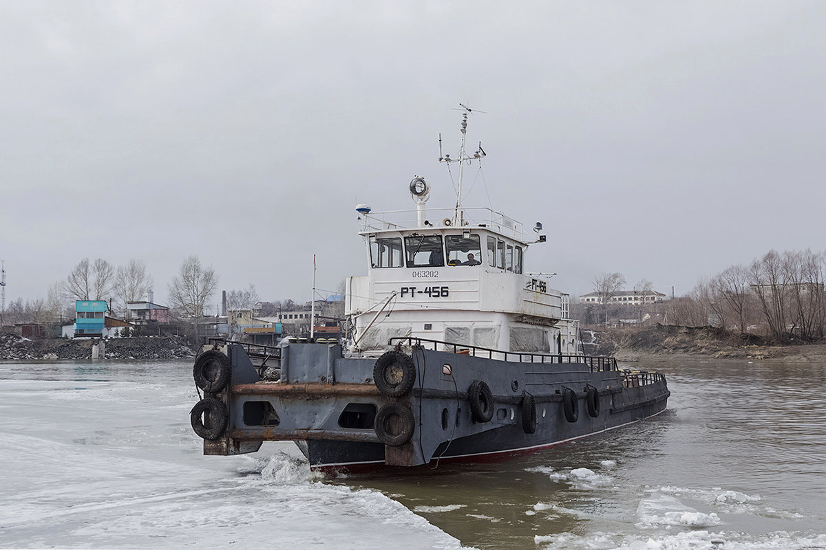 РТ-456 на обколке льда около понтонного моста. - Иван Зарубин