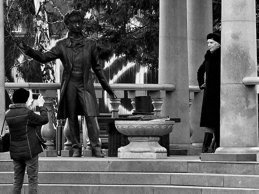 На фоне Пушкина, и птичка вылетает - Екатерина Торганская