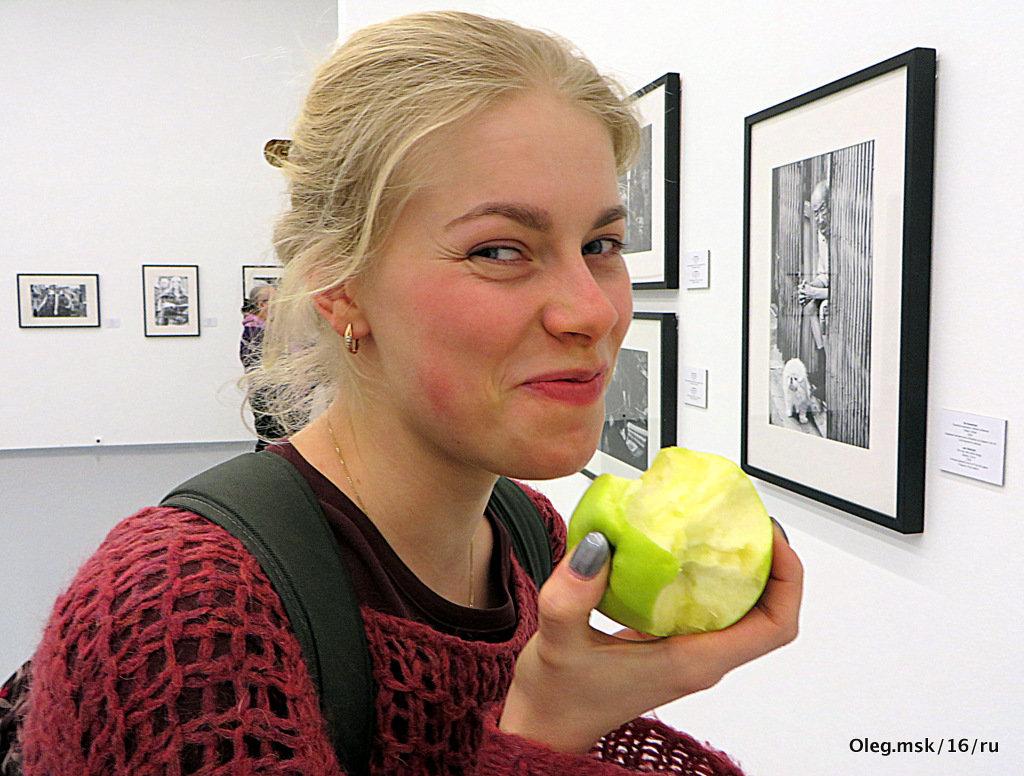 """ну, """"блин"""", поймал или девушка с яблоком - Олег Лукьянов"""