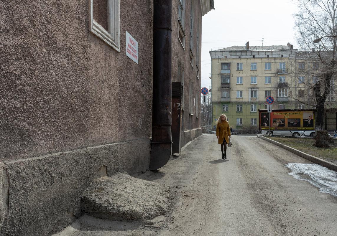 Вдоль стены - Валерий Михмель