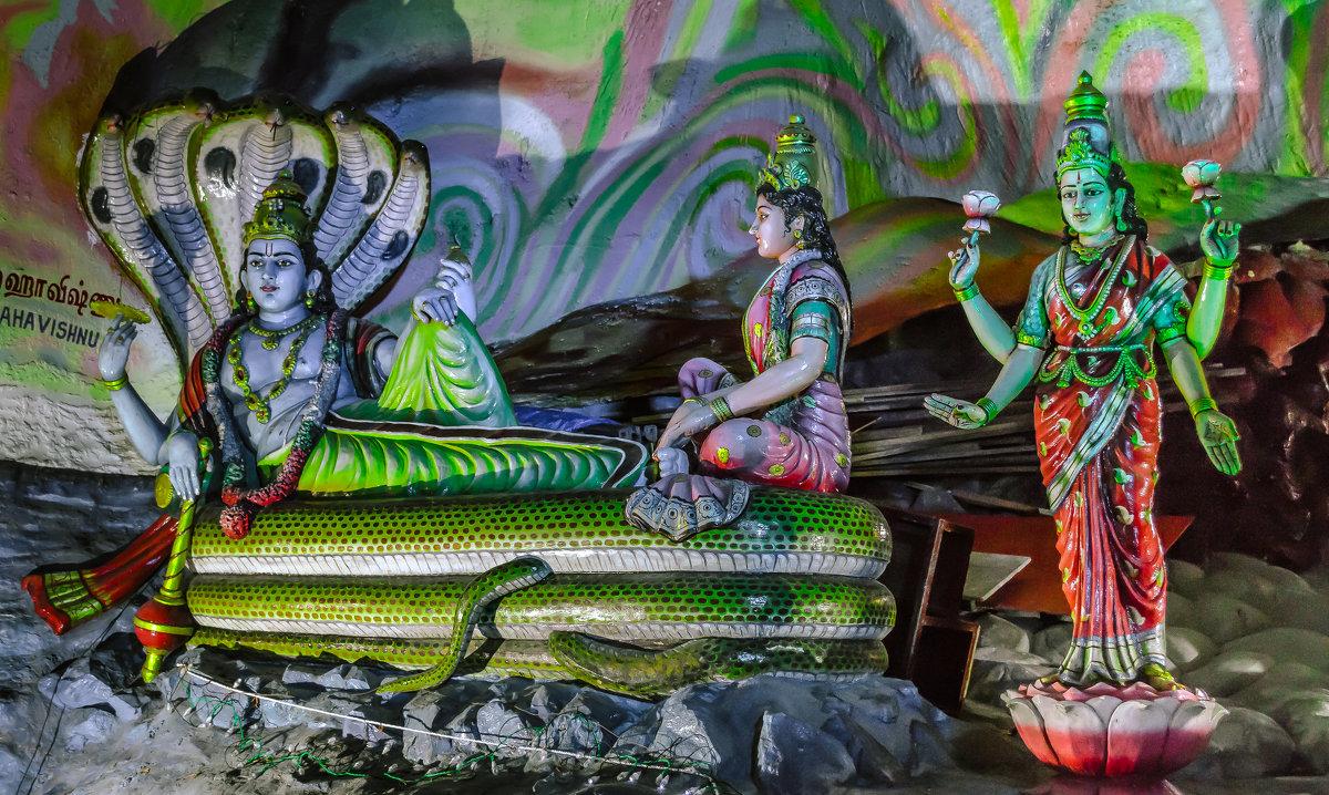 Сцены индийского эпоса в пещере Бату (Batu Cave), Куала-Лумпур, Малайзия. - Edward J.Berelet