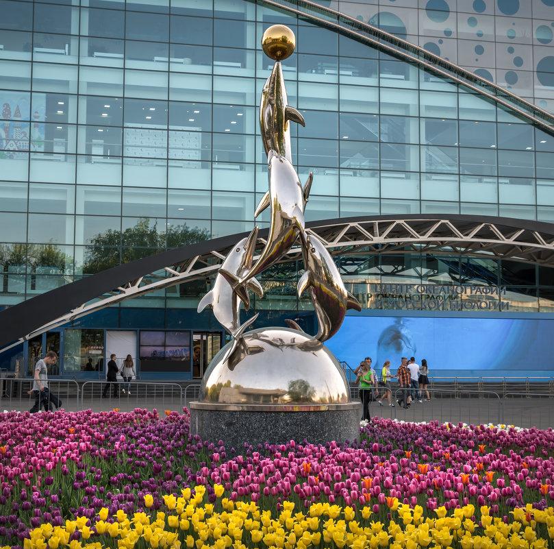 Скульптура с дельфинами на ВДНХ - Александр Попович