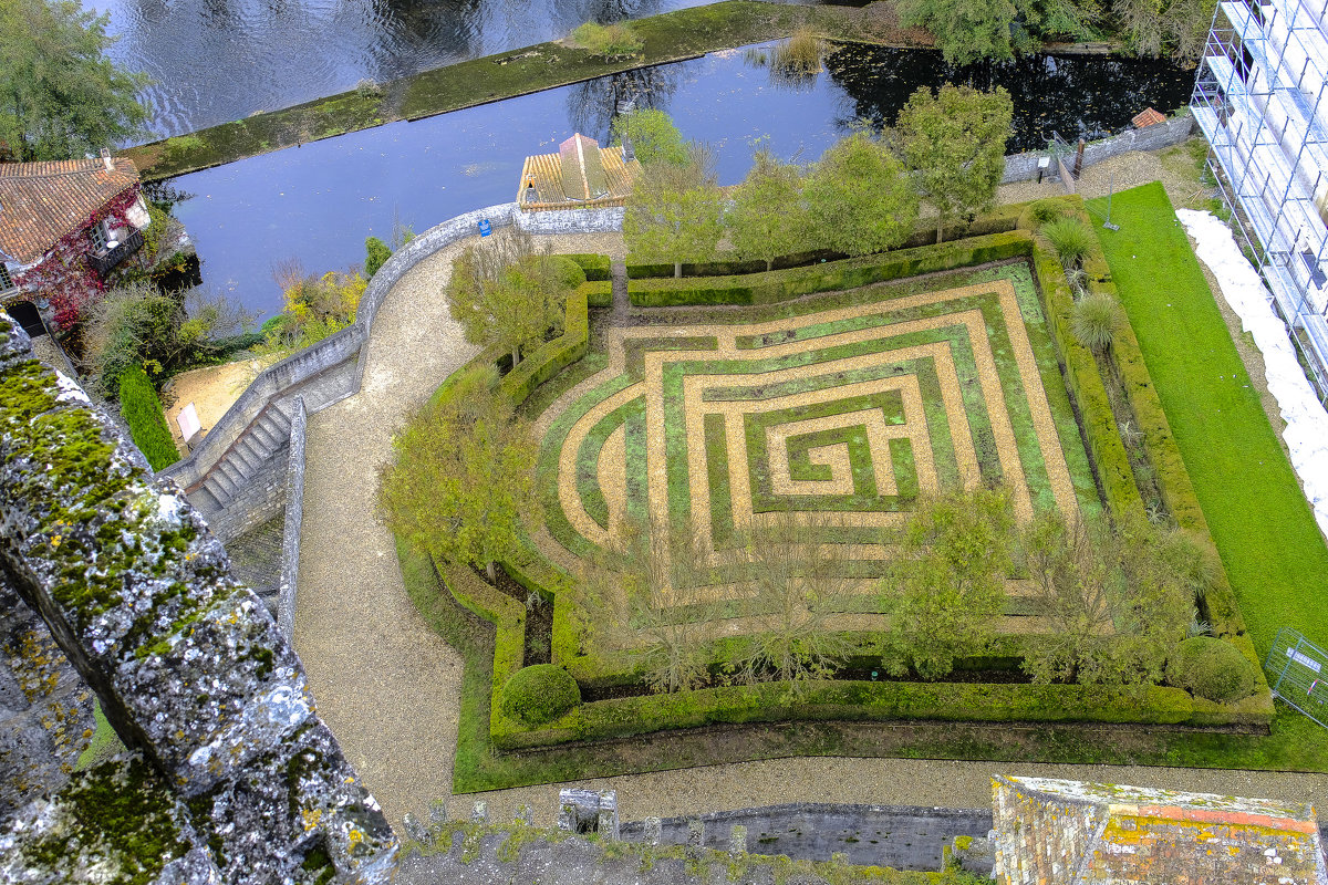 лабиринт в парке замка Бурдейль - Георгий