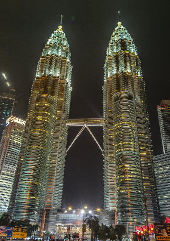 Башни Петронас (Petronas Twin Towers), Куала-Лумпур, Малайзия. - Edward J.Berelet