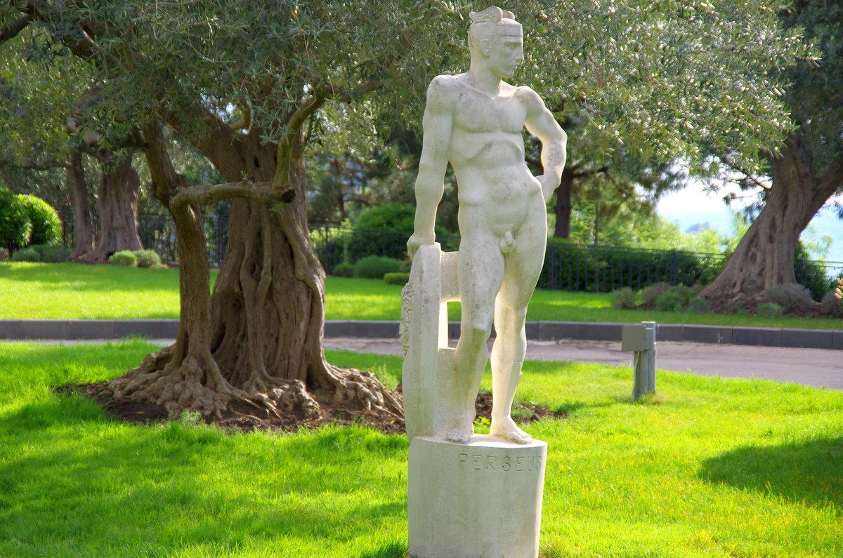 Парковая скульптура Персея в оливковой роще - Валерий Новиков