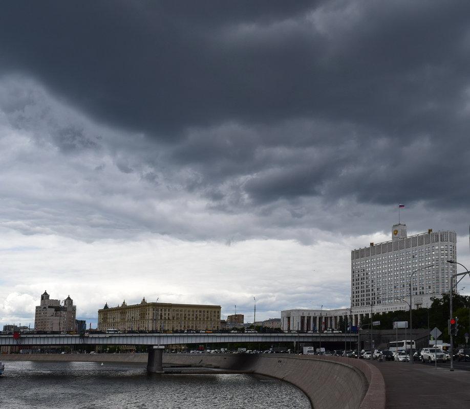 Тучи над Москвой-рекой... - Galina Leskova