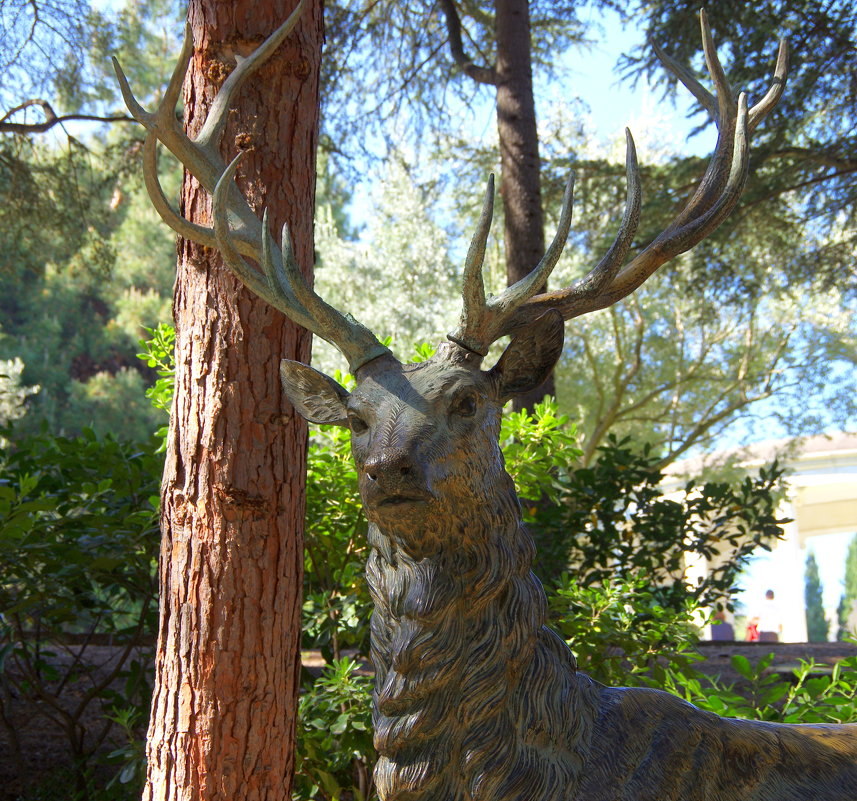 Парковая скульптура оленя в оливковой роще - Валерий Новиков