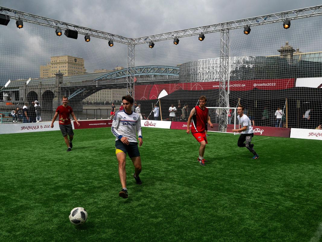 Желающие могут поиграть в футбол - Сергей Золотавин