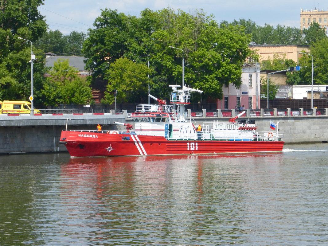 Пожарный катер на Москве реке - Татьяна Лобанова