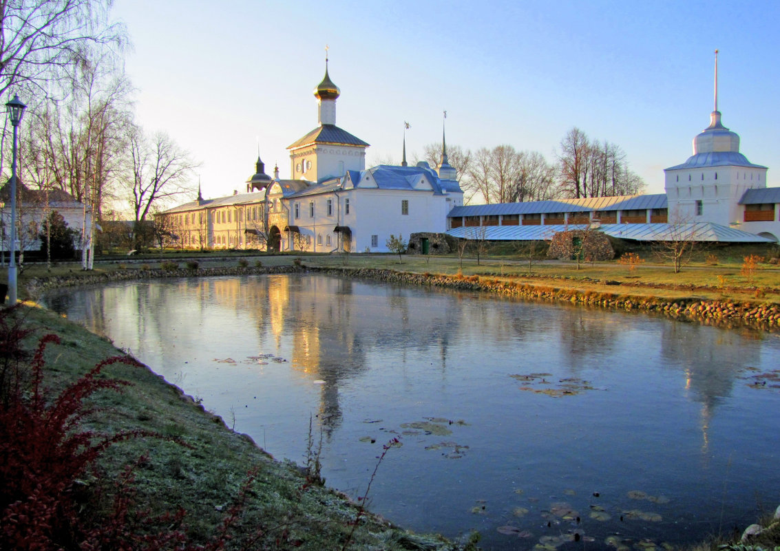 Монастырский пруд, на заднем плане церковь Николая Чудотворца - ИРЭН@ .