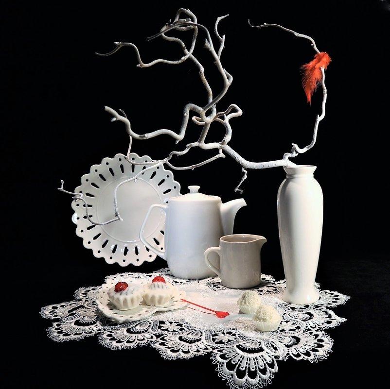 Этюд в белых тонах с печеньем и конфетами - Людмила