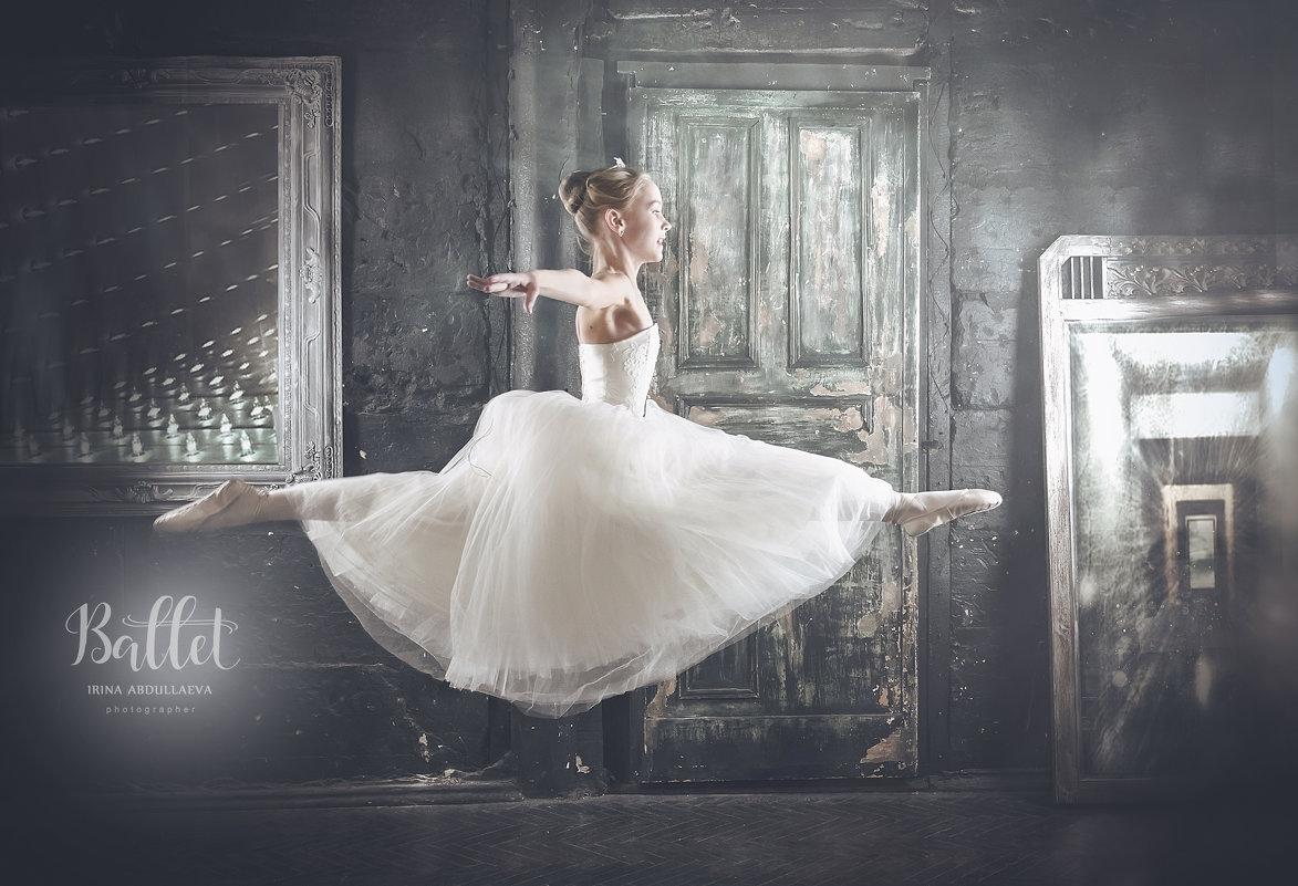 Юная балерина, прыжок шпагат, белая шопенка - Ирина Абдуллаева