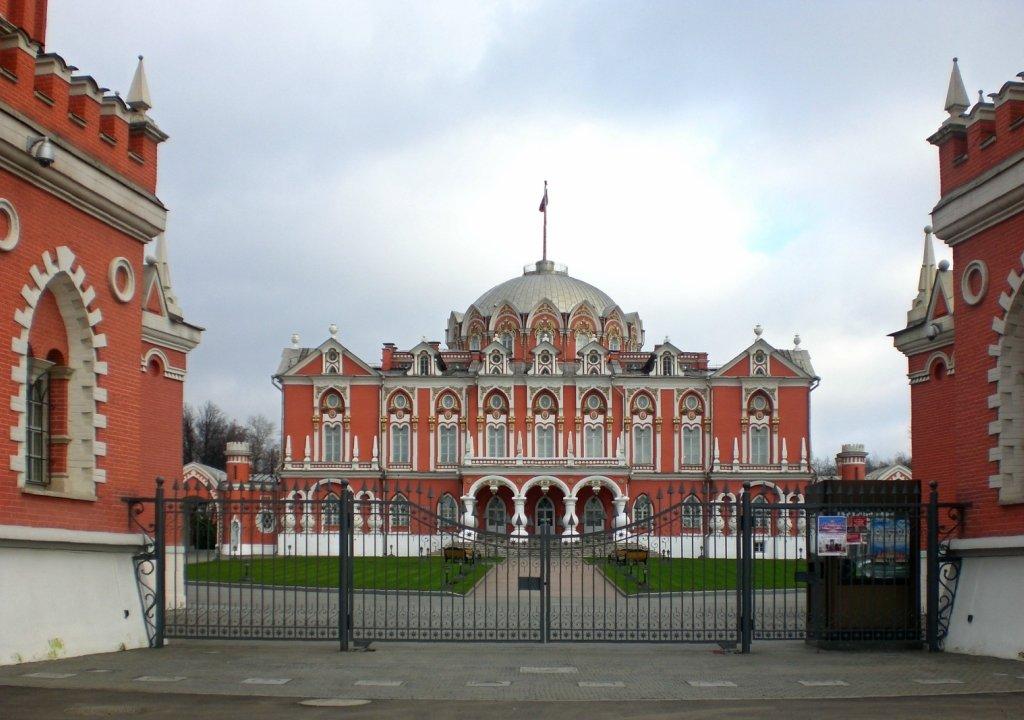 Петровский путевой дворец.  Возведён в 1776—1780-х годах по проекту архитектора Матвея Казакова. - Oleg4618 Шутченко