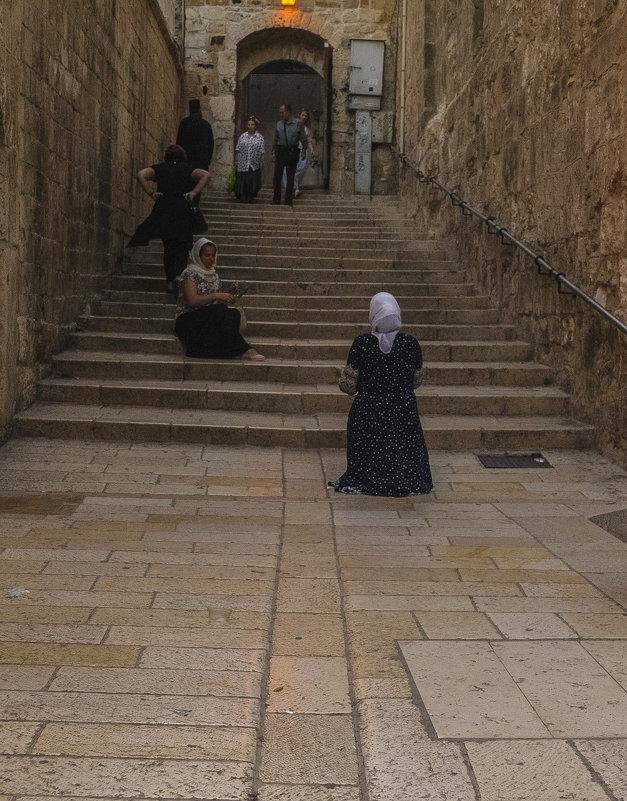 В Святом месте девушка даже фотографировала,словно молилась - Осень