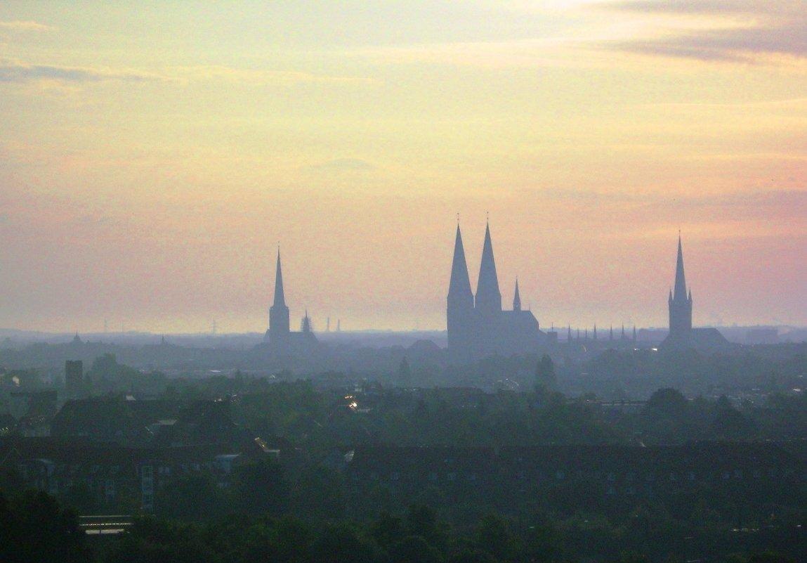 Средневековый город - сон ,соборов шпили устремились вверх... - Гала