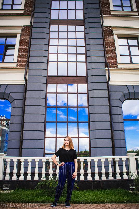Девушка на фоне красивых зданий - Лилия Сурмятова