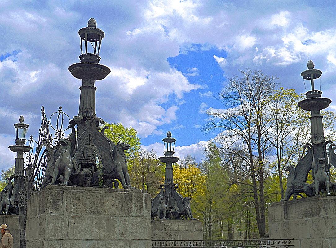 Чугунные фонари и ворота парадного двора. Усадьба Кузьминки. - Галина