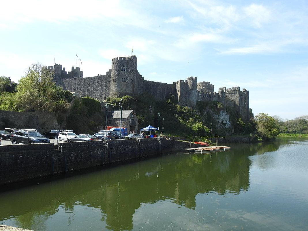 Вид на средневековый замок - Natalia Harries