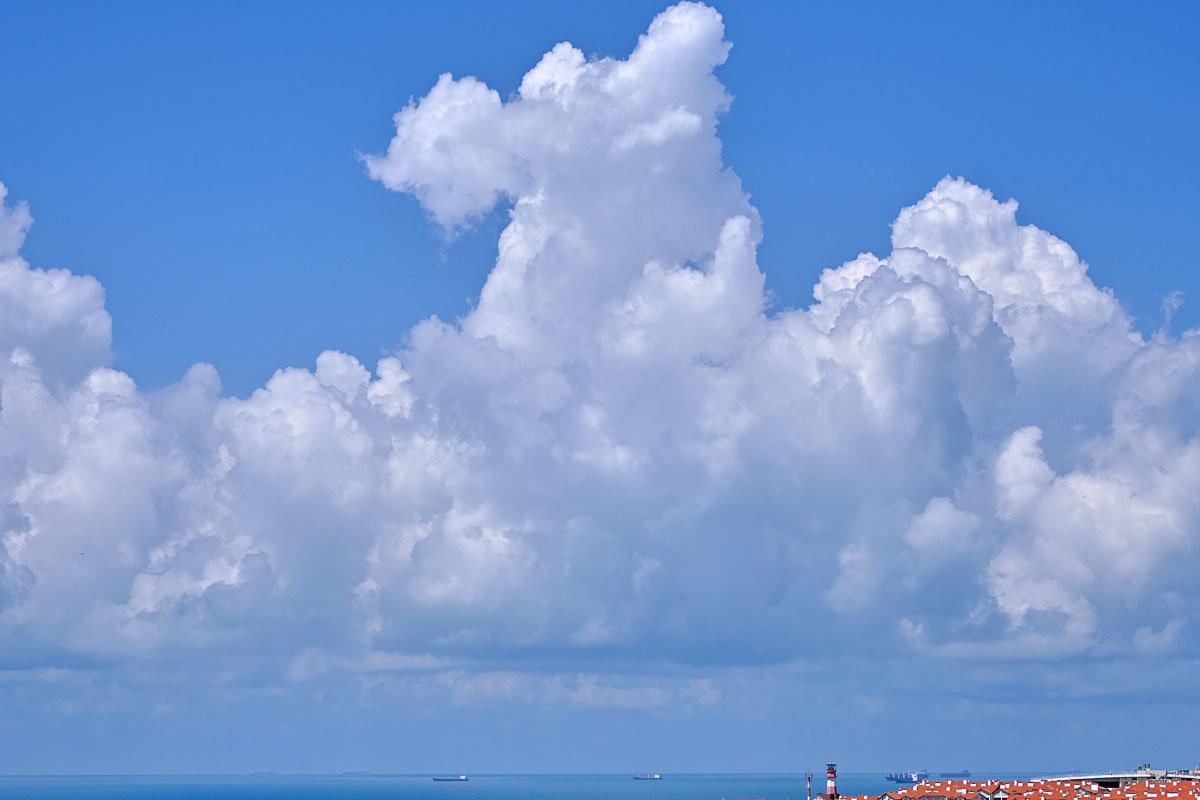 Над морем и выше крыш - Валерий Дворников