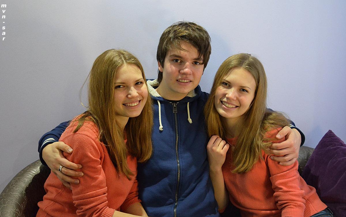 Парень и две девушки. - Алексей