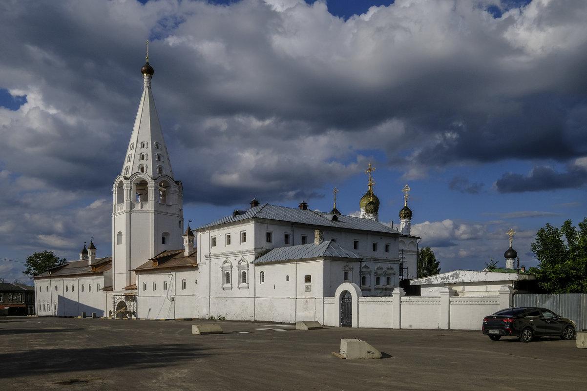 надвигаются тучи над Сретенским монастырем - Георгий А